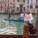 """Venezia – Il comitato """"No grandi navi"""" attraversa la città"""