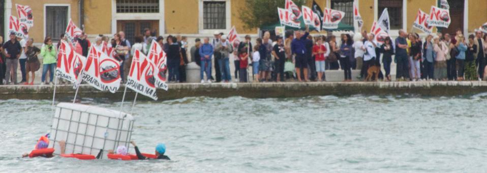 La laguna fa la festa alle Grandi Navi. Attivisti in acqua per impedire il transito