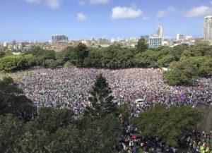 La piazza di Sidney riempita di manifestatnti per il clima